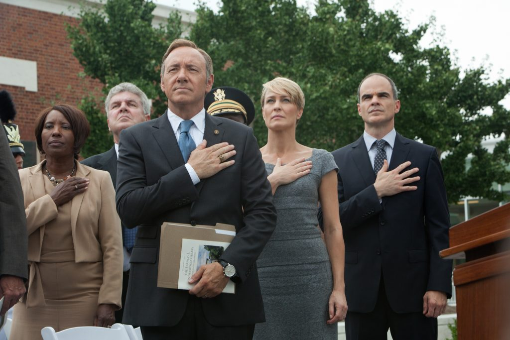 Image of the protagonists of House of Cards saluting the flag