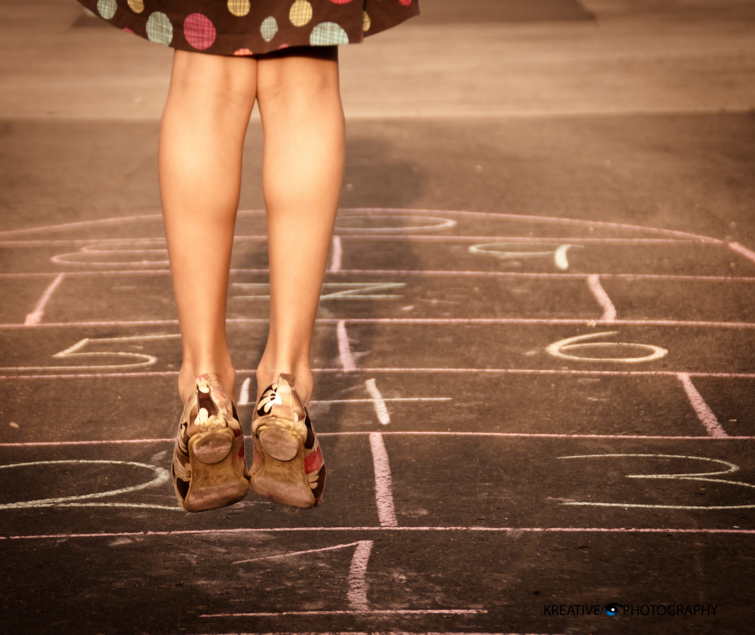 Rayuela, playing with the novel. A girl playing hopscotch