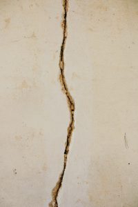 Cambiar de Idea   A woman and her scars - A white wall split in two by a crack